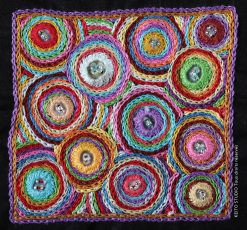 poser des miroirs broderie indienne multicolore avec boutons et perles Kit broderie carré Amita par KEITO STUDIO