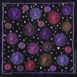 broder les fleurs de pissenlit avec perles et paillettes tons mauves sur fond noir Kit broderie carré Darika par KEITO STUDIO