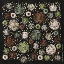 carré 10 x 10 cm brodé fleurs et miroirs avec fils beiges bruns et verts atelier broderie sarguna kit broderie carré Sarguna par KEITO STUDIO