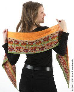 chauffe épaule cachemire avec bordure jacquard tissé pure laine motif feuilles bruns rouge et orange kit châle Elina Feuilles KEITO STUDIO