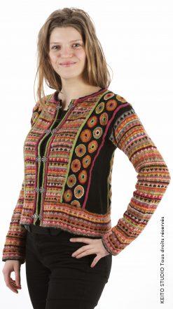 veste noire et multicolore avec empiècements passepoils et motifs rebordés fermoirs nordiques en métal Kit veste Annika