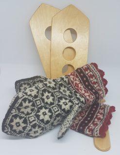 moufles nordiques tricotées avec des aiguilles très fines - beau motif étoiles noir et blanc avec poignet petit jacquard - Atelier tricot moufles baltes - création KEITO STUDIO