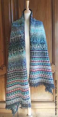 étole Elsa étole jacquard au tricot inspiration médiévale tons bleus verts et gris avec bordure petits motifs rehaussée de dentelle au crochet