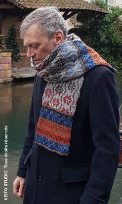à porter sur manteau sombre belle écharpe tubulaire en tricot jacquard motifs nordiques écharpe Knut