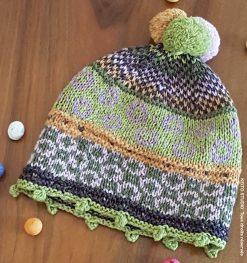bonnet enfant 1 à 4 ans petits motifs jacquard , bordure en picot et pompons sur le dessus bonnet enfant Maja par Keito Studio