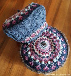 bonnet tricot en jacquard sur le dessus et la bordure en tons bleus jeans, rose et marine. Bordure doublée kit béret Ilona bleu par KEITO STUDIO