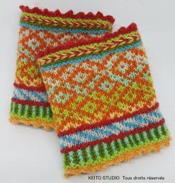 manchettes printanières en tricot jacquard tons gais et petits motifs géométriques