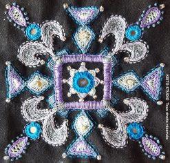 broderie d'inspiration indienne perles paillettes miroirs et techniques Inde - tons de bleus et violet