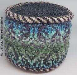 toque avec jacquard, poissepoils dessus plat et doublure tricotée tons bleus et gris, création KEITO STUDIO