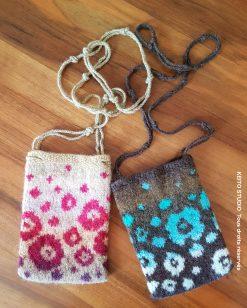 pochette en bandoulière tricotée puis feutrée motifs floraux
