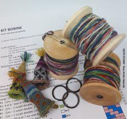 trois kits de fils couleur sur bobine bois artisanale