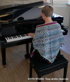 chauffe épaule tricoté tons bleu et beige avec bordure rose mauve verte et pastilles au crochet