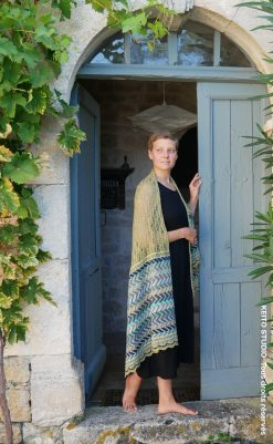 élégante étole tricotée main en jacquard et dentelle motifs chevrons tons sable et bleus